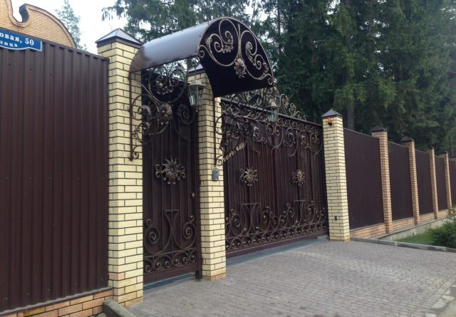 Кованые откатные ворота и калитки с навесом